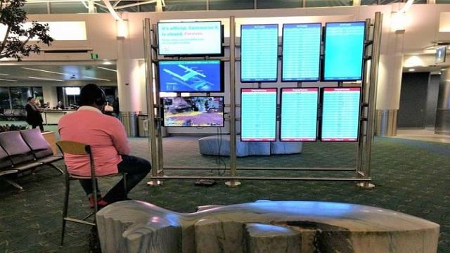 """Gokil, Gamer Ini """"Bajak"""" TV di Bandara untuk Main PS4"""